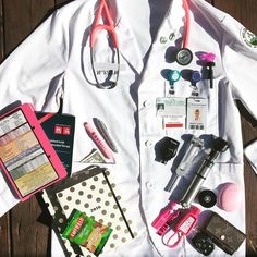 "345 curtidas, 6 comentários - Kendra Smith (@dr.medicinequeen) no Instagram: ""A little look into my white coat! Starting from left right! #1 #Pink #Whitecoat #Clipboard…"""