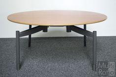 Tweedehands ronde tafel van Mibra. De tafel is voorzien van een 4-poots antracietkleurig frame en een Multiplex blad in de kleur peren.