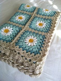 Daisy crochet afghan in turquoise and gray: (via tillie tulip - a handmade mishmosh: Photo tutorial of how to create the daisy)Daisy crochet blanket Love the colors, could do grey and two shades of purple for guest room. Daisy crochet blanket Love th Point Granny Au Crochet, Grannies Crochet, Crochet Squares, Love Crochet, Crochet Blanket Patterns, Crochet Stitches, Crochet Hooks, Knitting Patterns, Knit Crochet
