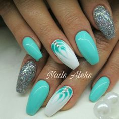 Opting for bright colours or intricate nail art isn't a must anymore. This year, nude nail designs are becoming a trend. Here are some nude nail designs. Green Nails, Blue Nails, Fabulous Nails, Gorgeous Nails, Cute Acrylic Nails, Glitter Nails, Fancy Nails, Trendy Nails, Nagellack Design