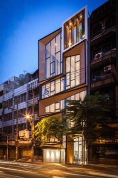 Antes em condição precária, o prédio, em Bangkok, na Tailândia, foi convertido no local de moradia e trabalho de uma grande família