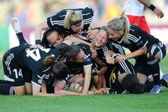 Riesenjubel in Berlin: Ganz unten liegt Mandy Islacker. Die Einwechselspielerin... http://www.spiegel.de/sport/fussball/frauenfussball-1-ffc-frankfurt-gewinnt-champions-league-gegen-paris-a-1033792.html