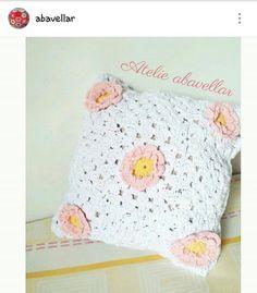 Almofada em croche com aplicações de flores. www.abavellar.blogspot.com