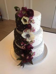 "Fantastisk ""half&half"" bryllupskake i 3 etg. Dette er halvparten sjokoladekake og halvparten vaniljekake. Pris 3900,-"