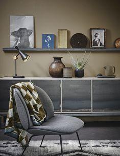 Wanddecoratie, kast en stoel | Wall decoration, cabin and chair | Photographer Alexander van Berge | Styling Cleo Scheulderman | vtwonen October 2015
