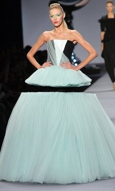 Victor and Rolf, 2010 Illusion dress.I had to look this up.there is a tiny black tube dress in the center.you'd see it if she weren't against a black background. Fashion Week, Runway Fashion, Fashion Art, High Fashion, Fashion Show, Fashion Design, Fashion Trends, Crazy Fashion, Paris Chic