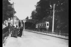 Juni 1917. Ved Kongsveien Motiv Damer i veikanten eller fortauet, trikken går forbi. Oslobilder