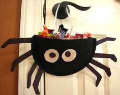 easy spider treat bags..would be really cute using glitter (or glitter cardstock) and halloween ribbon for handle