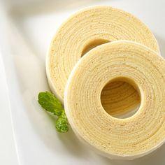 ユーハイム・ディー・マイスターのバウムクーヘンは、一層一層手間と時間をかけて職人が焼きあげる手作りのおいしさ。ドイツでよく使われる製菓材料「マジパン」をたっぷり使用して、独特のコクと風味としっとり感を加えました。