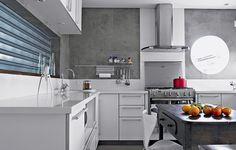 """A grande sacada da cozinha projetada pela arquiteta Claudia Haguiara é o passa-prato. """"Entre o ambiente e a sala de jantar fiz uma comunicação que pode ser fechada por uma janela de enrolar de chapa de ferro galvanizado, igual a porta de loja"""", diz"""