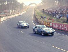 Os Daytona Cobra Coupe das duplas Bob Johnson/Tom Payne (#10) e Allen Grant/Jo Schlesser (#12) durante as 24h de Le Mans de 1965.