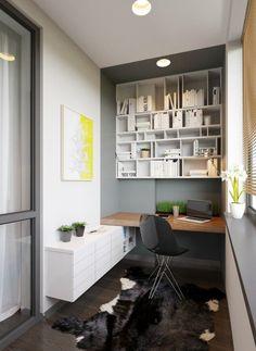 bureau suspendu en bois massif, chaise Eames, peinture grise, sol en parquet foncé et tapis peau de vache