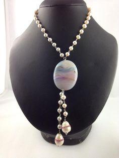 Collana Artigianale con Perle bianche e grigie, ciondolo di agata Botswana e swarovski rosa tutta rilegata con argento rodiato. #gioielli #artigianali #perle