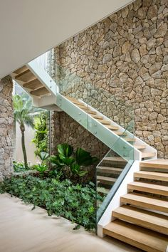 Home Stairs Design, Modern House Design, Living Room Under Stairs, Home Engineering, Internal Courtyard, Modern Stairs, Stair Storage, House Stairs, Interior Garden