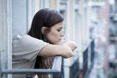 Déprime: symptômes, causes et solutions.  Il est parfois difficile de reconnaître certains symptômes. En ce qui concerne la déprime, elle est souvent confondue à la dépression. Celle-ci est une maladie qui perdure tandis que la déprime est un coup de cafard passager...