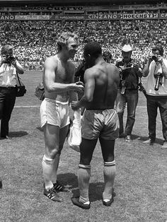So much talent in one picture. Pelé and Bobby Moore, after the 1970 World Cup game between Brazil and England. Football Icon, Retro Football, World Football, School Football, Vintage Football, Sport Football, Bobby Moore, Fifa, West Ham United Fc