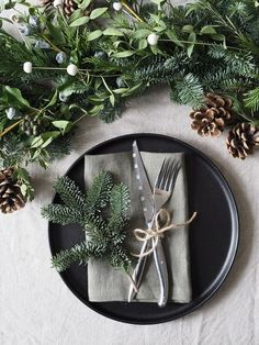 How to make a minimalist Christmas garland - Christmas table styling - Christmas styling - minimalist Christmas table Christmas Tree Decorations, Christmas Wreaths, Holiday Decor, Christmas Dining Table, Christmas Tunes, Alternative Christmas Tree, Minimalist Christmas, Handmade Table, Before Christmas