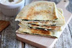 Gozleme ze szpinakiem i mozzarellą : Gozleme to turecki chlebek. Składniki ciasta są takie same jak na włoską pizzę. Jednak sposób wykonania nieco inny. Do przygotowania gozleme możemy użyć do. Przepis na Gozleme ze szpinakiem i mozzarellą