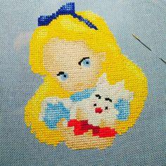 Продвижение по Алисе: верхняя половина диснеевской принцессы и кролика готова. #авторскаясхема #викторияивченко #алиса_в_стране_чудес #вышивкакрестиком #crossstitch #aliceinwonderland