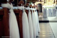 Dekoracje kościołów na ślub. Dekoracja ławek w kościele na ślub. Dekoracje ślubne