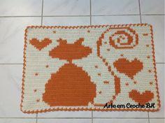 Tapete feito em croche barbante medindo aproximadamente 75cm de comprimento por 49cm de altura. Os tapetes podem ser feitos como acima apresentados ou nas cores de sua preferência. O preço acima se refere ao valor individual de cada tapete.