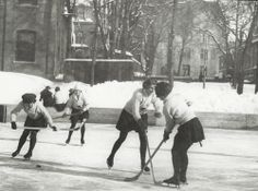 1920 Montreal's McGill University's female students playing hockey on campus. Old Montreal, Montreal Quebec, Montreal Canada, Old Pictures, Old Photos, Hockey, Canadian History, Volkswagen, Nostalgia