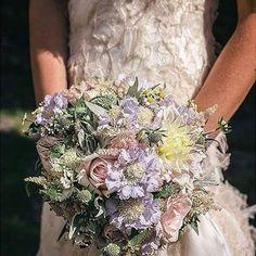 brides #flowerpower #floraldesign #colors #scent #fleur #sartoriafloreale #flower #flowerdesign #bride #weddingday #wedding #bouquet thanks to@andreacittadini