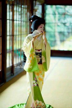 She is playing a Japanese bamboo flute. Geisha Japan, Japanese Geisha, Japanese Beauty, Japanese Girl, Asian Beauty, Kyoto Japan, Japanese Bamboo, Okinawa Japan, Traditional Japanese Kimono