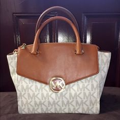 Authentic MK Hudson LG Satchel Michael Kors Hudson satchel vanilla large, brand new with tag and bag. Gorgeous bag it has a big pocket at the back of bag,inside it has lots of pockets and lots of room. Very pretty!! Michael Kors Bags Satchels
