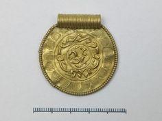 Gullbrakteat, Norheim, Time, Folkevandringstid, 4-500 e.Kr. Gold Bracteat, Migration period, 4-500 A.D. Gull, Creatures, Personalized Items