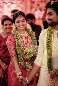 Unique &Trending Varmala Designs for upcoming Wedding Season Kerala Wedding Saree, Kerala Bride, South Indian Bride, Kerala Saree, Tamil Wedding, Indian Wedding Couple, Wedding Couples, Wedding Bride, Wedding Ceremony