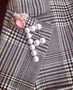 Initial name brooch, created with Swarovski pearls. Ideal for a chic outfit. Personalize your brooch now! #swarovskipearls