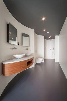 Großes Bad mit gebogener Wand