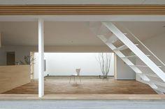 日本中津市,建築師透過大開口,改變了室內和戶外環境的關係,一面隔絕外界的嘈雜,同時也獲得天然的光與風。 pic via Eto Kenta Atelier Architects