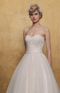 Romantische bustier bruidsjurk met soft glitter tulen rok en mooie elegante tailleband. Diepe rug met sleepje. Bustiers, Glitter, Elegant, Wedding Dresses, Fashion, Tulle, Classy, Bridal Dresses, Moda