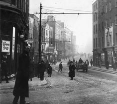Dublin early 1900 parliament Street looking down Dame Street Old Pictures, Old Photos, Vintage Photos, Street Look, Street View, Irish Independence, Photo Engraving, Ireland Homes, Irish Eyes
