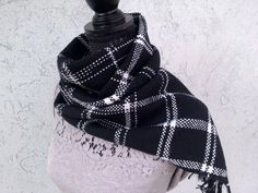 Sono felice di condividere l'ultimo arrivato nel mio negozio #etsy: Sciarpa BLACK AND WHITE in lana e cashmere, tessuta a mano, con disegno finestrato. http://etsy.me/2iJdEer #accessori #sciarpe #nero #bianco #sciarpamorbida #tagliaunica #quadrofinestra #lanamerinoextrafine