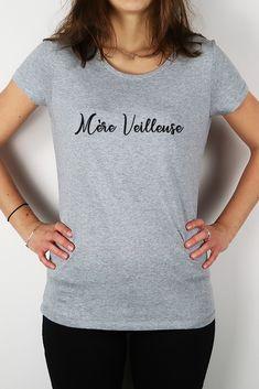 Dites à votre maman à quel point elle est merveilleuse avec le tee-shirt Mère Veilleuse en coton bio tout doux. Violet Rouge, T Shirt Original, Coton Biologique, Point, Tee Shirts, Silhouette, T Shirts For Women, Fashion, Mom Presents