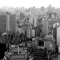 Foto tirada do topo do Banespão no centro de São Paulo. Ao fundo, a Catedral da Sé. Fotos em preto e branco.