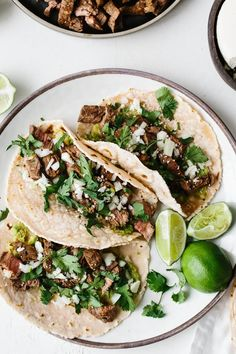 taco recipes These delicious carne asada tacos are made with grilled skirt steak, avocado, cotija cheese, chopped onion and fresh cilantro. Theyre super flavorful steak street tacos. Flank Steak Tacos, Skirt Steak Tacos, Brisket Tacos, Pork Tacos, Fish Tacos, Grilling Recipes, Beef Recipes, Cooking Recipes, Healthy Recipes