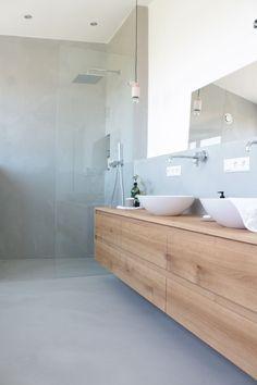Bei Instagram, Pinterest und vielen weiteren Interior Seiten haben wir uns dann mal Schlau gemacht und sind fündig geworden. Wie der Boden und die Wände wirklich aussehen werden haben wir leider vorher nicht gesehen, aber unser ganzes Vertrauen in das Malerteam gesteckt. So hier bekommt ihr ein paar wichtige Infos zu unserem Fugenlosen Badezimmer. Unser Badezimmer ist nicht wie Beton Cire (Mikrozement Basis), sondern auf sehr hochwertiger hydraulischer Kalkbasis. Das hat den Vorteil, dass er… Tiny Bath, Upstairs Bathrooms, Bathroom Renos, Little Houses, Bathroom Interior Design, Bathroom Inspiration, Home And Living, New Homes, Vanity