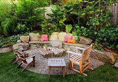 Garden Terrace Landscaping Fireplace Patio with Gravel Ground Vintage Wooden Chairs - Garten Terrasse - Garden Chair Pebble Landscaping, Small Backyard Landscaping, Fire Pit Backyard, Backyard Patio, Small Patio, Landscaping Ideas, Fire Pit Seating, Fire Pit Area, Fire Pits