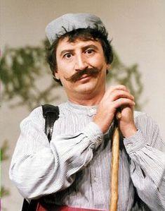 Έφυγε σήμερα από την ζωή, ο κωμικός και σατιρικός ηθοποιός Βασίλης Τριανταφυλλίδης, ευρύτερα γνωστός με το καλλιτεχνικό του ψευδώνυμο Χάρρυ Κλυνν.  Το τελευταίο διάστημα αντιμετώπιζε αναπνευστικά προβλήματα και ήταν καθηλωμένος σε αναπηρικό αμαξίδιο Rest In Peace, Tv, Greece, Personality, Cinema, Actors, Retro, Film, Celebrities