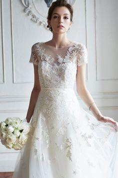 フラワーやツタのモチーフを丁寧に手作業で刺繍を施した、クチュール感溢れるウエディングドレス。チュールの軽やかなスカートには、裾に向かってとけ込むようにビーズが刺繍され、洗練された花嫁姿を叶えます。
