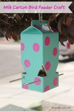 10 Super Simple DIY Bird Feeders For Spring! Recycled, painted milk carton as a DIY Bird Feeder tutorial - What a super savvy Bird Feeder for spring! Using duct tape Diy Simple, Easy Diy, Super Simple, Upcycled Crafts, Diy Papillon, Recycler Diy, Bird Feeders For Kids To Make, Milk Carton Crafts, Craft Ideas