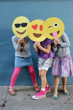 Ok, who doesn't love emojis? These emoji masks are perfect for a Halloween party, costume or photo booth! Party Emoji, Diy Halloween, Halloween Masks, 13th Birthday Parties, Slumber Parties, Birthday Bash, Sleepover, Emoji Mask, Manualidades Halloween