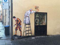 """Un inusuale papa Bergoglio che gioca a tris. Il graffito apparso a Borgo Pio è stato realizzata ieri notte, da Maupol, alla sua seconda opera sul Francesco, dopo che la prima era stata cancellata dall'Ama. Maupol è uno dei protagonisti deI film documentario """"Un selfie con il Papa"""", una sorta di affr…"""