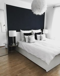 Schlichte Töne und eine ausgefallene Lampe machen Dein Schlafzimmer so richtig gemütlich. Die Pendelleuchte ist das ItPiece des Raumes und zaubert einem dazu Abends noch ein tolles Licht. // weiss blau simpel schlicht makeover @hh_annes