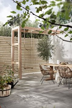 Private terrace with Holzschaukel, Terrasse mit Kind, Privatgarten mit Kind, Stadtgarten mit Kind, Ideen small Diy Pergola, Pergola Swing, Pergola Plans, Pergola With Swings, Small Pergola, Pergola Roof, Small Patio, Cheap Pergola, Covered Pergola
