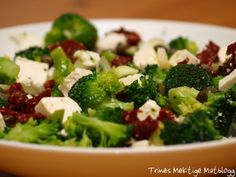 broccoli salad with sun dried tomatos and feta Broccoli Salad, Sun Dried, Soup And Salad, Feta, Salad Recipes, Tapas, Vegetarian Recipes, Food And Drink, Low Carb